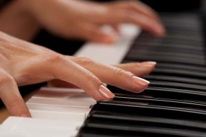 Learning to Play Piano Online Has Strong Benefits For the Beginner